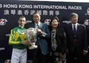 「里見皇冠」的幕後團隊與傳媒分享勝利喜悅。