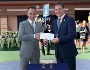 香港代表「銀色海浪」獲選浪琴表香港瓶最佳外觀馬匹。國際馬匹組織聯盟副主席Jim Gagliano頒發五千港元獎金予料理該駒的馬房助理。