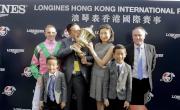 浪琴表香港短途錦標勝出馬匹「友瑩格」的馬主及騎練,賽後與傳媒分享喜悅。