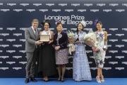 LONGINES副總裁暨國際市場總監Juan-Carlos Capelli頒發浪琴表優雅腕表予「浪琴表優雅服飾大獎」比賽的勝出者。
