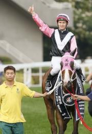 圖五, 六, 七<br> 「美麗大師」在浪琴表香港一哩錦標奏凱,騎師潘頓、練馬師告東尼、馬主郭羅桂珍與郭浩泉與親友祝捷。