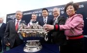浪琴表香港一哩錦標勝出馬匹「美麗大師」的幕後團隊與傳媒分享勝利喜悅。