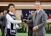 日本代表「神燈光照」獲選浪琴表香港一哩錦標最佳外觀馬匹,法國賽馬會主席Edouard de Rothschild男爵(右)頒發五千元獎金予料理該駒的馬房助理。