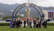 圖五, 六, 七<br> 「滿樂時」在浪琴表香港盃稱雄,騎師莫雅、練馬師堀宣行、馬主吉田和美與親友慶祝勝利。