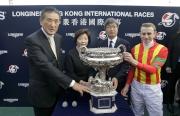 浪琴表香港盃勝出馬匹「滿樂時」的騎師莫雅、練馬師?堀宣行與馬主吉田和美賽後與傳媒分享勝利喜悅。
