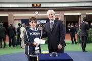 日本代表「滿樂時」獲得浪琴表香港盃最佳外觀馬匹?,國際賽馬組織聯盟主席Louis Romanet(右)頒發五千元獎金予料理該駒的馬房助理。