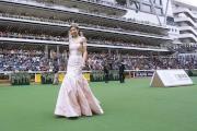 圖4,5,6 <BR> 著名影星熊黛林、應屆香港小姐與香港先生於馬匹亮相圈閃耀登場,演繹六福珠寶一系列設計時尚瑰麗的閃鑽皇冠及鑽石首飾。