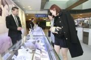 圖7, 8<BR> 六福珠寶於場內設展銷攤位,吸引入場人士前來購物;影星湯怡於展銷攤位前留影。