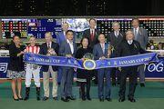 馬會董事、行政總裁應家柏與「活力歡騰」的馬主、練馬師及騎師在一月盃頒獎儀式上合照。