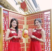 「農曆新年賽馬日」每位入場市民可獲贈「招財筆」,以及抽獎卡一張,揭中即獎仟足純金「元寶禮封」一份。