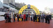 圖4 「佳龍駒」的馬主及親友、練馬師及騎師賽後於凱旋門祝捷。