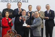圖5, 6, 7<br> 馬會董事廖長江於香港經典一哩賽頒獎禮上將冠軍獎盃及鍍金碟頒予「佳龍駒」的馬主洪祖杭、練馬師約翰摩亞及騎師莫雷拉。