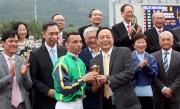 華商會所值理許洪先生頒發獎盃予華商會挑戰盃頭馬「有得威」的騎師莫雷拉。