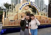 香港賽馬會以「躍馬亮影迎新歲」為主題的花車在沙田馬場公眾席入口展出,供入場人士拍照留念。