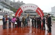 「幸福指數」的馬主及親友、練馬師及騎師在賽後祝捷。