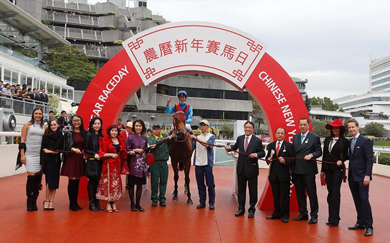 「無敵飛龍」的幕後團隊賽後於凱旋門祝捷。