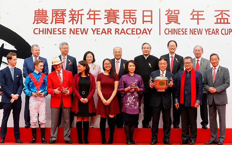 眾馬會高層、主禮嘉賓與「無敵飛龍」的馬主及騎練於賀年盃頒獎禮上合照。
