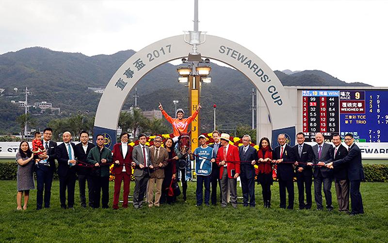 「喜蓮獎星」的馬主、親友及騎師賽後在凱旋門祝捷。