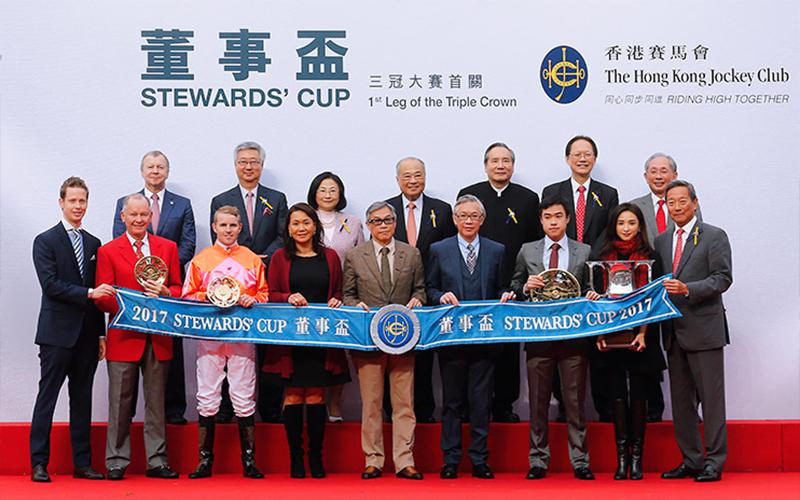 馬會主席葉錫安博士、眾馬會董事及行政總裁應家柏,與「喜蓮獎星」的馬主及親友於董事盃頒獎禮上合照。