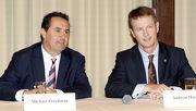 圖1, 2, 3<br> 剛獲發練馬師牌照,將於下季在港開倉的練馬師麥菲文(左),由馬會賽事規管及發展執行總監夏定安(右)陪同下,今晨與賽馬傳媒會面。