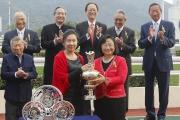 圖三, 四, 五<br>香港賽馬會董事梁高美懿在百週年紀念銀瓶頒獎儀式上,將冠軍獎盃頒予「超有利」的馬主,另外亦將銀碟頒予練馬師沈集成及騎師史卓豐。