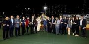 「海翡翠」馬主香港高爾夫球會賽馬團體的成員與親友拉頭馬拍照祝捷。