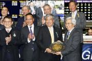 圖八, 九, 十<br>馬會董事李家祥博士頒發錦標及銀碟予「海翡翠」馬主香港高爾夫球會賽馬團體的代表,以及紀念品予練馬師約翰摩亞及騎師莫雷拉。