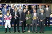 圖十一, 十二<br>馬會董事們及行政總裁與「越影」(圖11)及「海翡翠」(圖12)的馬主、練馬師及騎師在跑馬地錦標頒獎儀式上合照。