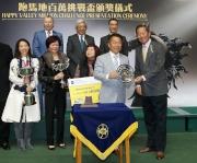 香港賽馬會主席葉錫安博士頒發銀碟予本年度跑馬地百萬挑戰盃冠軍「包裝騎士」的練馬師姚本輝 。