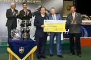 香港賽馬會行政總裁應家柏頒發十萬元獎金支票予本年度跑馬地百萬挑戰盃季軍「勝利名星」的馬主施偉強 。