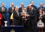 11, 12<br>Francisco Aristeguieta (right), Chief Executive Officer for Citi Asia Pacific, presents a souvenir to the owner representative and trainer of the winning horse Werther.