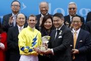Winning jockey Hugh Bowman receives a souvenir from Weber Lo (right), Citi Country Officer & Chief Executive Officer, Hong Kong and Macau.