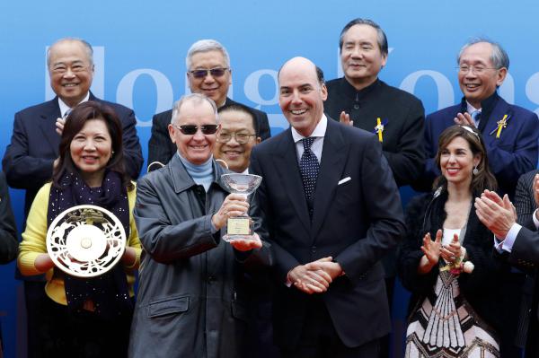 花旗集團亞太區行政總裁高晉誠(右)致送紀念品予頭馬「明月千里」練馬師約翰摩亞。