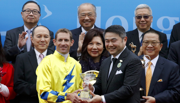 Winning jockey Hugh Bowman receives a souvenir from Weber Lo (right), Citi Country Officer & Chief Executive Officer, Hong Kong and Macau.