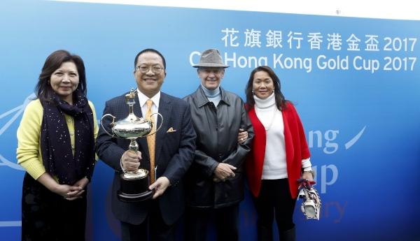 (左起)「明月千里」的馬主程凱信伉儷及練馬師約翰摩亞伉儷於賽後共同分享勝利喜悅。