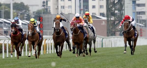 由約翰摩亞訓練的「喜蓮獎星」(2號馬),於貝湯美胯下勝出今日於沙田馬場舉行的1400米一級賽女皇銀禧紀念盃。