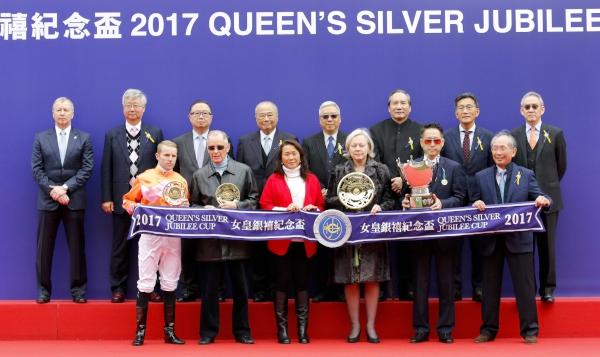 一眾馬會董事、行政總裁應家柏(後排左一),與「喜蓮獎星」的馬主代表及騎練,於女皇銀禧紀念盃頒獎禮上合照。