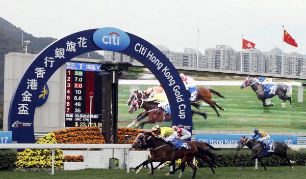 三冠大賽次關賽事花旗銀行香港金盃今日於沙田馬場舉行,騎師布文夥拍約翰摩亞馬房的「明月千里」(3號),力壓「將男」(4號),在這場途程2000米的一級賽中勇奪冠軍。