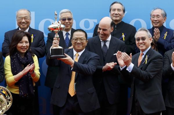 馬會副主席周永健(右)頒發花旗銀行香港金盃獎盃予頭馬「明月千里」的馬主程凱信。