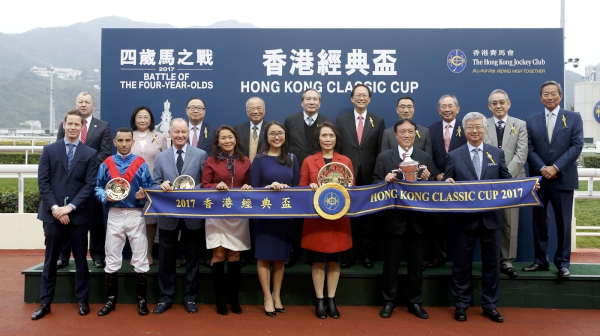 Club Stewards and CEO Winfried Engelbrecht-Bresges with the connections of Hong Kong Classic Cup winner Rapper Dragon at the presentation ceremony.