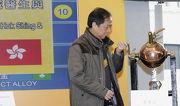 香港賽駒「飛來猛」的馬主何建開醫生為該駒抽得12檔。