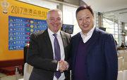 香港賽馬會賽馬業務及營運執行總監祁立賢(左)與澳門賽馬會執行董事兼行政總裁李柱坤(右)。
