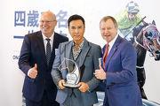 應家柏先生及孔楷文先生致送紀念品予「打吡大使」甄子丹,並預祝2017寶馬香港打吡大賽順利舉行。