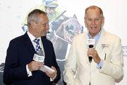 圖二, 三, 四, 五<br> 練馬師約翰摩亞及何良出席記者會,分享馬匹備戰打吡及感受,並接受「打吡大使」甄子丹致送紀念品。