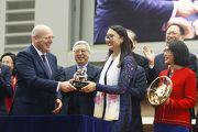 寶馬集團香港、澳門及台灣進口業務部副總裁孔楷文頒發紀念品予「佳龍駒」的馬主代表。