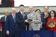 寶馬汽車(香港)有限公司香港區董事總經理劉家輝頒發紀念品予「佳龍駒」的練馬師約翰摩亞。