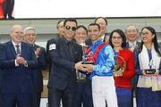 寶馬香港打吡大使甄子丹頒發紀念品予「佳龍駒」的騎師莫雷拉。
