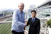潘明輝與練馬師賀賢一同合照。