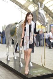 入場嘉賓與愛彼女皇盃駿馬雕像合照留念。