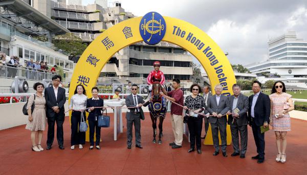 「紅衣醒神」馬主顧永祥的代表及親友,與騎練賽後一同於凱旋門祝捷。